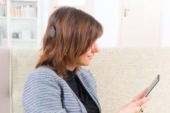 使用智能手机的聋妇女 免版税库存照片