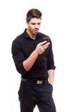 使用智能手机的年轻商人。 库存照片