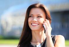使用智能手机的年轻女实业家 库存照片