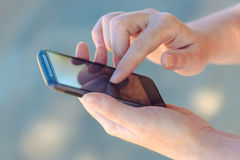 使用智能手机设备,关闭女性手 免版税库存图片