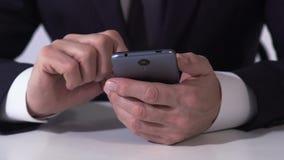 使用智能手机,从生意的计算的收入的财政主任 股票录像