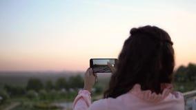 使用智能手机,女孩拍城市的照片 慢的行动 股票视频