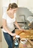 使用曲奇饼切削刀的妇女特写镜头  免版税库存图片