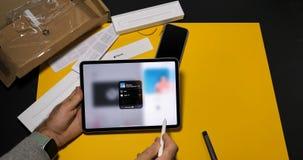 使用最新的iPad赞成数字片剂的人听敲打的1台收音机 股票视频