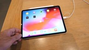 使用最新的iPad赞成片剂的人由苹果电脑 股票视频