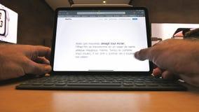 使用最新的iPad赞成片剂的人由苹果电脑 影视素材