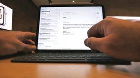使用最新的iPad赞成片剂的人由苹果电脑 股票录像