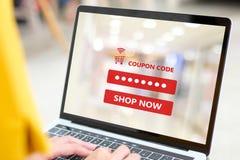 使用有优惠券的妇女手提电脑在屏幕上得到在线促进的购物,在线购物,数字 库存照片