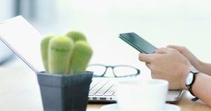 使用有关键绿色屏幕的妇女膝上型计算机 影视素材