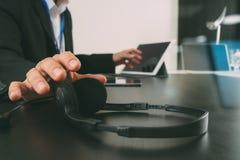 使用有数字式片剂和便携式计算机的a的人VOIP耳机 免版税图库摄影
