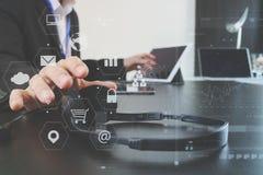 使用有数字式片剂和便携式计算机的a的人VOIP耳机 免版税库存图片