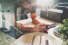 使用有数字式片剂计算机靠码头的人VOIP耳机smar 图库摄影
