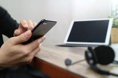 使用有数字式片剂计算机dockin的, VOIP耳机供以人员手 免版税库存照片