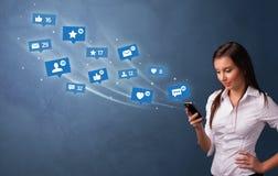 使用有社会媒介概念的年轻人电话 免版税库存图片