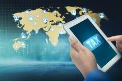 使用有税词的商人片剂在屏幕上 免版税库存图片