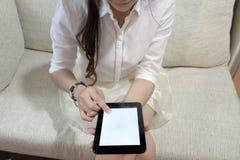 使用有空白的白色屏幕的妇女片剂 库存照片