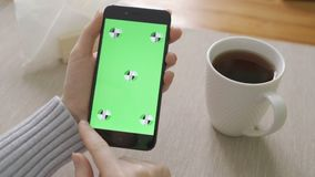 使用有绿色屏幕的妇女电话 容易对跟踪和锁上 股票视频