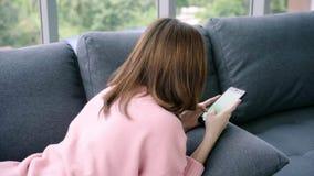 使用有绿色屏幕的年轻亚裔妇女黑智能手机设备 股票录像
