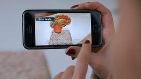 使用有被增添的现实的app的妇女智能手机和探索真正模型