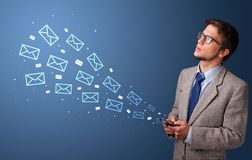 使用有邮件概念的商人电话 图库摄影