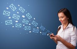 使用有邮件概念的女实业家电话 库存照片