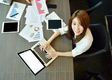 使用有黑屏的亚裔企业女孩一台膝上型计算机在会议 免版税库存照片