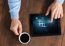 使用有购物台车象和咖啡的人片剂 免版税库存照片