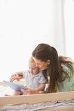 使用有他的男婴的愉快的母亲片剂 免版税库存图片