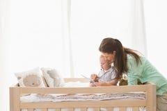 使用有他的男婴的愉快的母亲片剂 免版税图库摄影