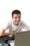 使用有兴高采烈的面孔的亚裔少年计算机 库存照片