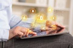 使用有bitcoin链接网络概念的女商人片剂 图库摄影