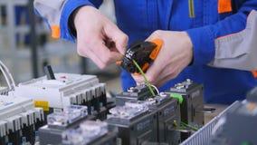 使用服务器钳子技术员在数据中心,按导线 股票录像