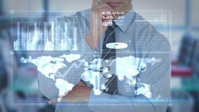 使用未来派接口屏幕的商人 影视素材