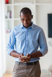 使用机动性的一个年轻非裔美国人的商人的画象 库存图片