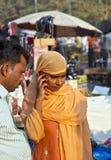 使用机动性的妇女在Meena 免版税库存照片