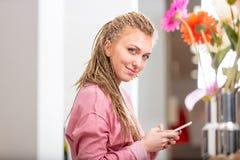 使用机动性的微笑的友好的少妇 免版税库存图片
