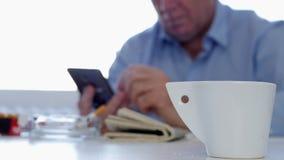 使用机动性,出神的商人抽香烟饮料咖啡和文本 影视素材