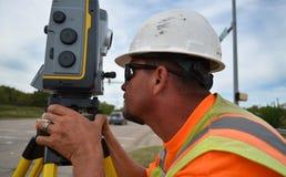 使用机器人设备的测量员在领域 库存照片