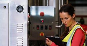 使用机械的妇女在瓶植物 影视素材