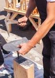 使用板岩锤子,工作者生产石板瓦 免版税图库摄影