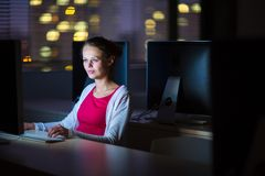 使用桌面computer/pc的俏丽,年轻女性大学生 图库摄影