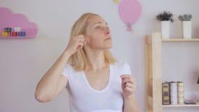 使用棉花棒的妇女清洗她的耳朵 股票录像