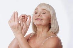 使用棉花芽的正面兴高采烈的妇女 免版税图库摄影
