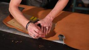 使用模板的皮革工匠为做手工制造笔记本 股票录像
