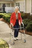 使用步行者妇女的年长的人 库存图片