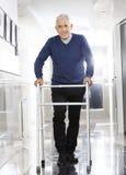 使用步行者的老人在康复中心 库存照片
