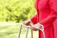 使用步行者的高级妇女 免版税库存照片