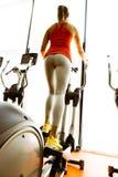 使用步进的妇女的特写镜头和训练在健身房 库存图片