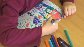 使用毛毡笔,孩子画图片 影视素材