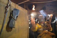 使用气体探测器,当绳索通入焊工开始的焊接在局限的空间时 免版税图库摄影